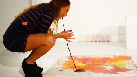 Maluje wymiotując ! (video)